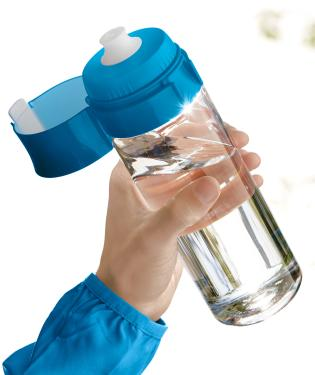 brita_fillandgo_vital_blue_park_man_sport_bottle_focused_portait